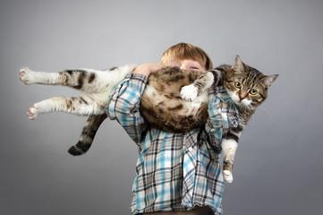 Junge mit Katze