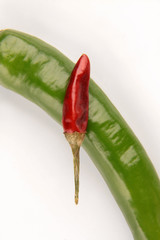 Rote Chilli auf grüner Peperoni