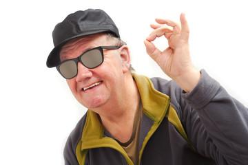 homme content avec lunette noir sur fond blanc