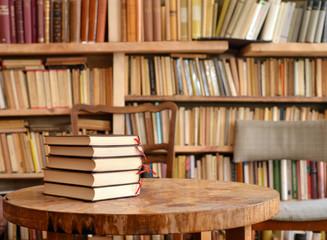 Bücher auf Tisch mit Regal