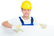 handwerker zeigt auf hinweisschild