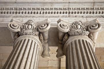 Säulen eines Gebäude in Paris