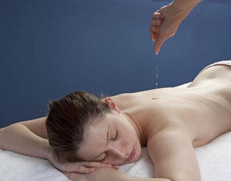 cleansing massage with abhyanga oil dropping