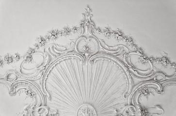 Luksusowa biała ściana z listwami - 48854305