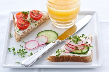 Sandwiches with quark cheese and vegetables