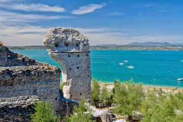 древние развалины города Сирмионе на озере Гарда