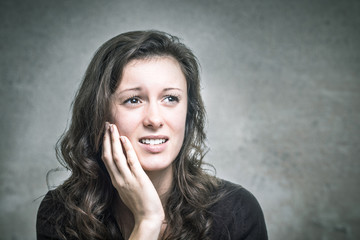 Junge Frau hat Zahnschmerzen