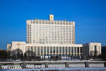 Дом правительства России в Москве в зимний солнечный день