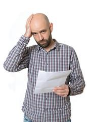 Bestürzter Mann mit Brief