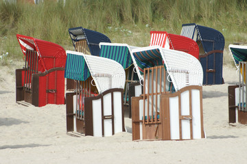 strandkörbe am sandstrand an der ostsee