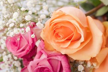 romantischer Blumenstrauß mit pinken und orangenen Rosen