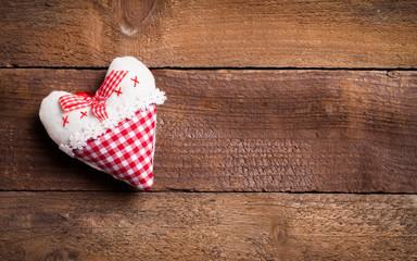 Herzen auf Holzuntergrund