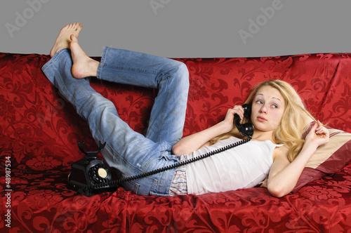 auf dem sofa telefonieren stockfotos und lizenzfreie bilder auf bild 48987534. Black Bedroom Furniture Sets. Home Design Ideas