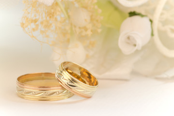 Wedding rings with white flowers