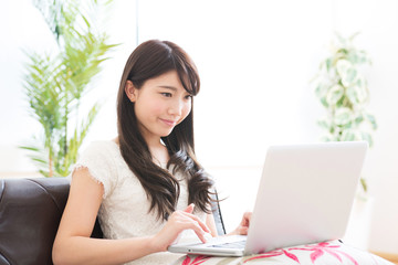 コンピューターを使う女性