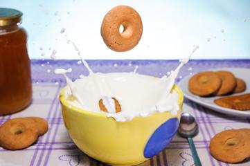 Milk splash with biscuits
