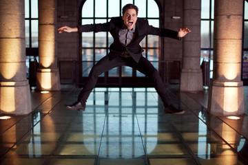 Homme sautant de joie