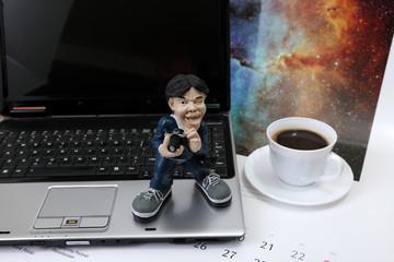Fotograf laptop na biurku i kawa.