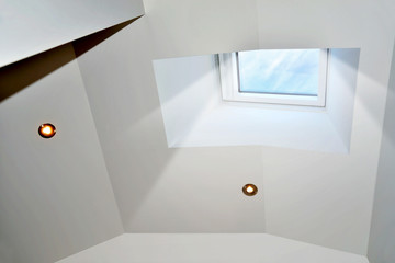 Licht fällt durch Dachfenster