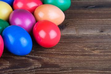 Farbige Ostereier auf Holz IV