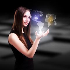 junge Frau mit Weltprojektion