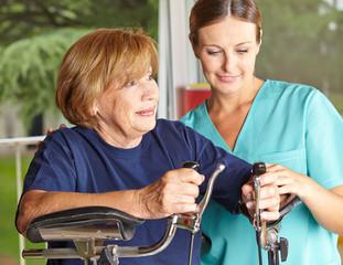 Physiotherapeutin betreut Seniorin
