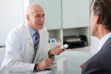 Arzt in der Sprechstunde mit Patient