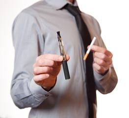 uomo con esig e sigaretta