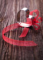 Herz mit roter Schleife