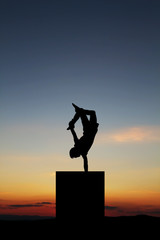 Fototapete - handstand in sunset