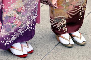 Femme en tabi et zori, chaussures traditonnelles japonaises