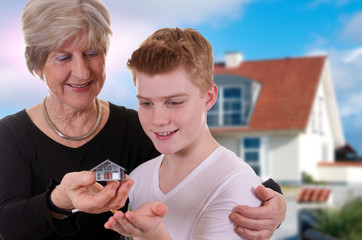 Großmutter schenkt/vererbt Enkelsohn ein Haus