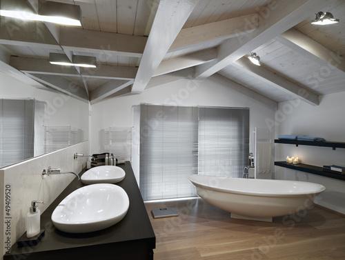 bagno moderno con parquet in mansarda\