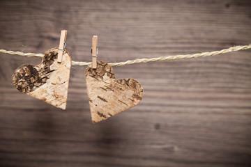 Herzen auf Leine vor Holzwand