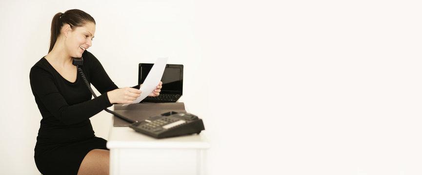 Frau liest und telefoniert