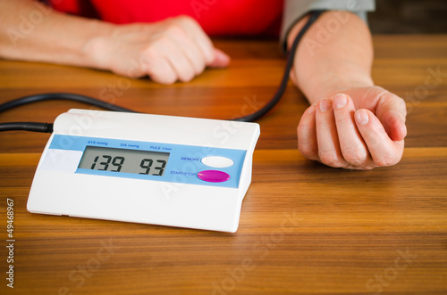 """""""Frau misst ihren Blutdruck"""" Stockfotos und lizenzfreie.."""