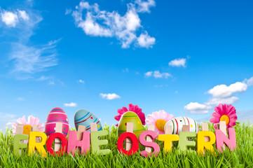 Text Frohe Ostern mit Frühlingswölkchen auf Wiese