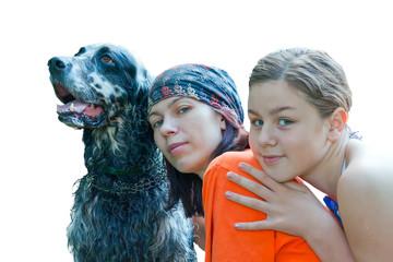 Мама, дочка и собака вместе на белом фоне