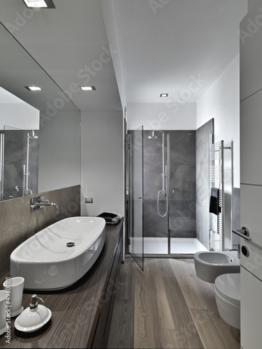Bagno Moderno Con Parquet.Bagno Moderno Con Box Doccia E Parquet Stock Photo And