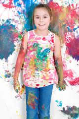 Mädchen beim Malen mit Fingerfarben