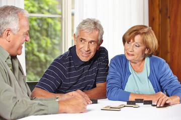 Senioren spielen Domino im Altenheim