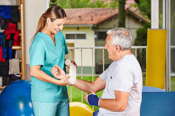 Krankenschwester bei Physiotherapie wechselt Verband