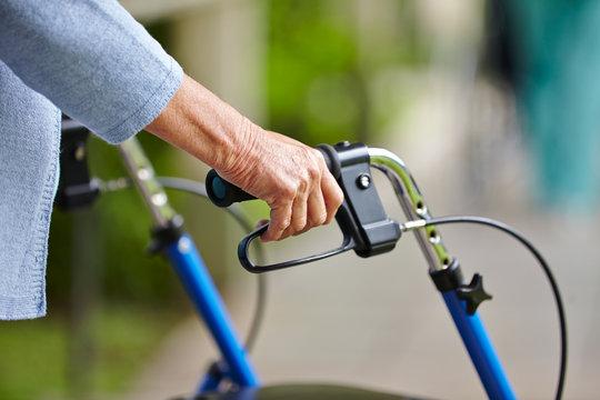 Hände eines Senioren am Rollator