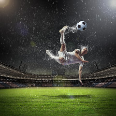 Poster de jardin Le football football player striking the ball