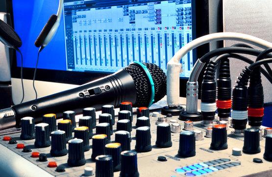 Homerecording Software – Mischpult und Mikrofon mit Computer