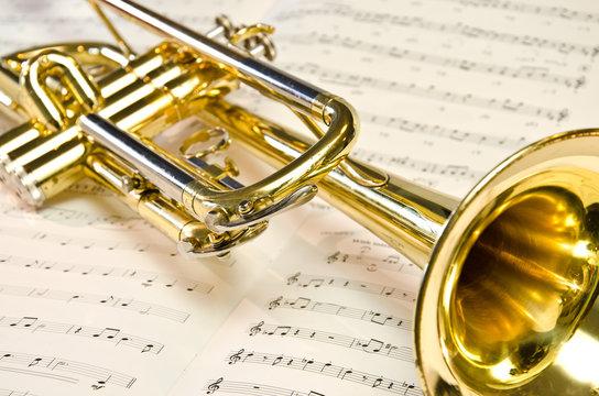 Goldene Trompete liegt auf Notenblatt