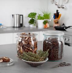 Feine Gewürze, getrocknete Pilze zum Würzen