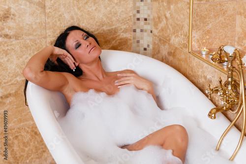 Молодая красотка в ванной позволяет любовнику ласкать ее киску как руками, так и членом
