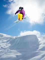 Fototapete - salto con gli sci in neve fresca
