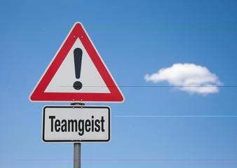 Achtung Schild mit Wolke TEAMGEIST
